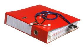 Estetoscópio azul e pasta vermelha isolados no branco Fotografia de Stock Royalty Free