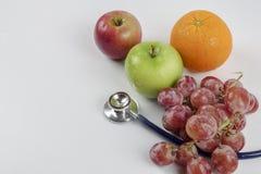 Estetoscópio com conceito do fruto para a dieta, os cuidados médicos, a nutrição ou o seguro médico Imagem de Stock