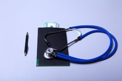 Estetoscópio e cédula médicos com conceito dos cuidados médicos foto de stock royalty free