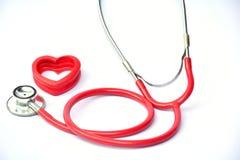 Estetoscópio e coração vermelho para saudável no isolado branco do fundo Fotos de Stock Royalty Free