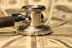 Estetoscópio e dinheiro Fotografia de Stock