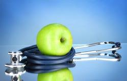 Estetoscópio e maçã verde imagens de stock