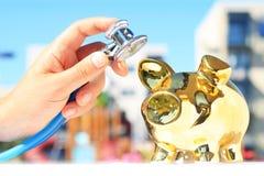 Estetoscópio e piggybank Imagens de Stock Royalty Free
