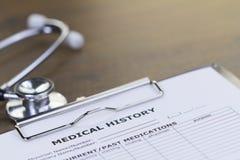 Estetoscópio e relatório da história médica Fotos de Stock Royalty Free