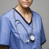 Estetoscópio em torno da garganta do doutor caucasiano da mulher. foto de stock