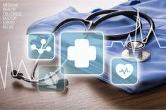 Estetoscópio médico com ícones no fundo claro Foto de Stock Royalty Free