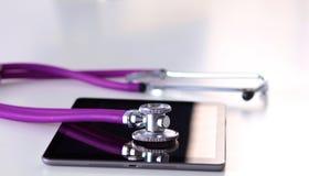 Estetoscópio médico com um computador na mesa fotos de stock royalty free