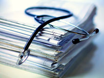 Estetoscópio médico na pilha de papel fotografia de stock royalty free