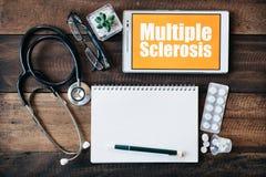 Estetoscópio, monóculo, caderno vazio, medicina e tabuleta digital com palavra da ESCLEROSE MÚLTIPLA fotos de stock