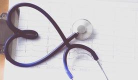 Estetoscópio na forma de um coração na tabela Imagem do conceito 3D Fotografia de Stock Royalty Free