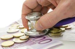 Estetoscópio na moeda europeia Fotos de Stock Royalty Free