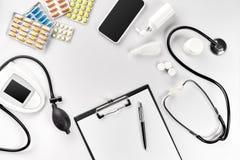 Estetoscópio no escritório dos doutores Vista superior da tabela da mesa do ` s do doutor, papel vazio na prancheta com pena Copi Imagens de Stock