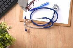 Estetoscópio no teclado do portátil Imagem do conceito 3D Fotografia de Stock