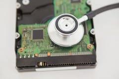 Estetoscópio que encontra-se no processador central na tabela Fotografia de Stock Royalty Free