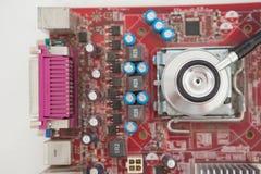 Estetoscópio que encontra-se no processador central na tabela Fotografia de Stock