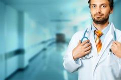 Estetoscopio amistoso del doctor Holds Hand On Concepto del seguro de la medicina del cuidado de la gente Imagenes de archivo