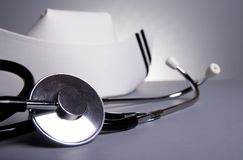 Estetoscopio con el casquillo del oficio de enfermera Imagen de archivo libre de regalías