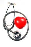 Estetoscopio con el corazón rojo. Fotografía de archivo