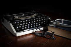 Estetoscopio con las lentes libro y máquina de escribir Fotografía de archivo