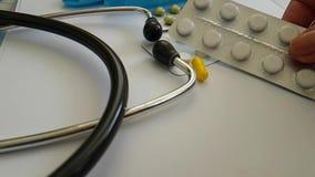 estetoscopio de las píldoras, farmacología antibiótico de la cámara lenta de la medicación del doctor farmacéutico metrajes
