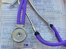 Estetoscopio e historial médico imágenes de archivo libres de regalías