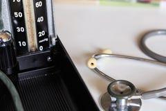 Estetoscopio e indicador de la presión arterial Fotos de archivo
