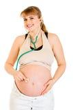 Estetoscopio embarazado sonriente de la explotación agrícola en su vientre Imagen de archivo