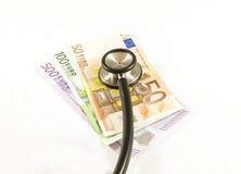 Estetoscopio en billetes de banco euro Fotos de archivo