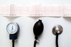 Estetoscopio en el gráfico del electrocardiograma fotos de archivo libres de regalías