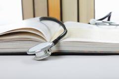 Estetoscopio en el libro abierto imagen de archivo