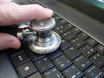 Estetoscopio en el teclado de la PC Fotos de archivo libres de regalías