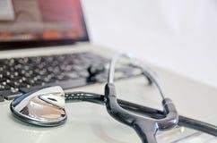 Estetoscopio en el teclado de ordenador, concepto de la atención sanitaria fotografía de archivo