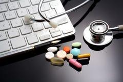 Estetoscopio en el teclado medicamento fotos de archivo libres de regalías