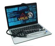 Estetoscopio en un ordenador portátil con el virus Foto de archivo libre de regalías