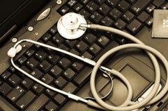 Estetoscopio en un teclado de ordenador Imagen de archivo