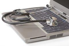 Estetoscopio en una computadora portátil Imágenes de archivo libres de regalías