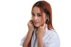 Estetoscopio femenino joven asiático del uso de la sonrisa del doctor Imagen de archivo libre de regalías