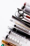 Estetoscopio, jeringuillas, tijeras, fórceps y ampollas Imagen de archivo libre de regalías
