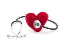 Estetoscopio médico con el corazón rojo de la felpa Foto de archivo