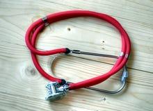 Estetoscopio médico rojo Fotos de archivo libres de regalías