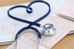 Estetoscopio médico torcido en forma del corazón Imágenes de archivo libres de regalías