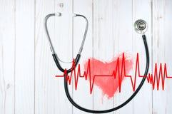 Estetoscopio médico y corazón rojo con el cardiograma Conceptos de la salud Fotos de archivo