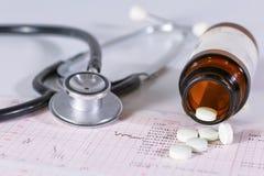 Estetoscopio, píldoras, frascos en sitio médico en maqueta azul de la opinión superior del fondo foto de archivo