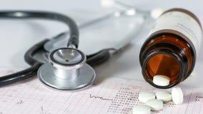 Estetoscopio, píldoras, frascos en sitio médico en maqueta azul de la opinión superior del fondo imagen de archivo