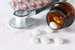 Estetoscopio, píldoras, frascos en sitio médico en maqueta azul de la opinión superior del fondo foto de archivo libre de regalías