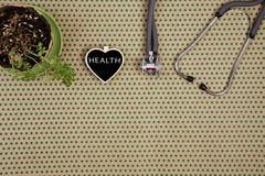 estetoscopio, pizarra bajo la forma de corazón con palabra y x22; HEALTH& x22; foto de archivo