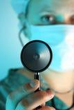 Estetoscopio sostenido por el doctor Imagen de archivo libre de regalías