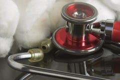 Estetoscopio y algodón Fotografía de archivo libre de regalías