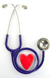 Estetoscopio y corazón rojo Imagen de archivo