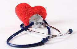Estetoscopio y corazón rojo Fotos de archivo